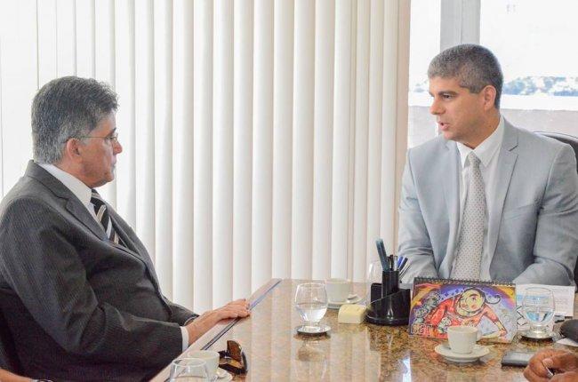 O Secretário Maurício Barbosa prometeu empenhar-se ao máximo, intensificando as investigações realizadas pela polícia, para que os assassinos sejam descobertos e levados à Justiça. (Divulgação)
