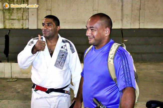 Jackson Santos (de branco), é professor faixa-preta e educador físico, ao lado do seu auxiliar em Itagimirim, professor Marcelo. (Foto: Rastro101)