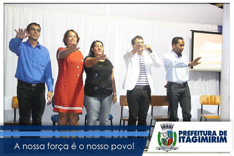 Representantes da gestão e sindicato fizeram juramento de zelar pela qualidade da educação no município. (ASCOM)