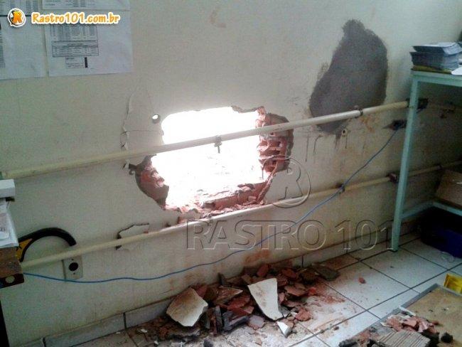 Bandidos fizeram um buraco na parede de uma sala da agência dos Correios em Itagimirim. (Foto: Rastro101)