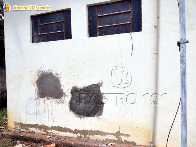Buracos na parede realizados em dois arrobamentos da agência. (Foto: Rastro101)