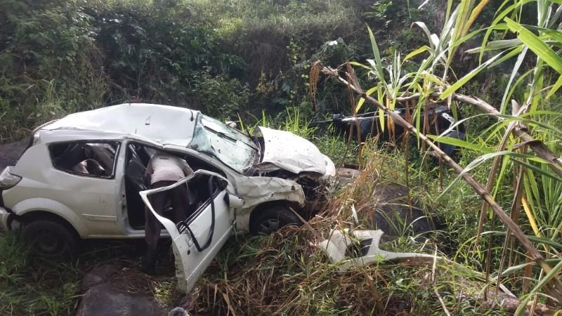 Carro caiu em ribanceira de 25 metros. (Reprodução: Redes sociais)