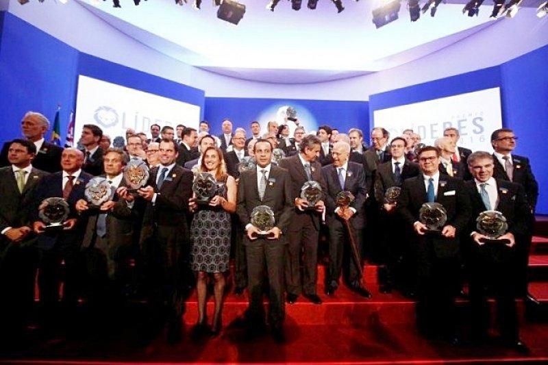 O diretor presidente, Antonio Sergio Alipio, recebeu a homenagem em nome da empresa. (Foto: Divulgação)