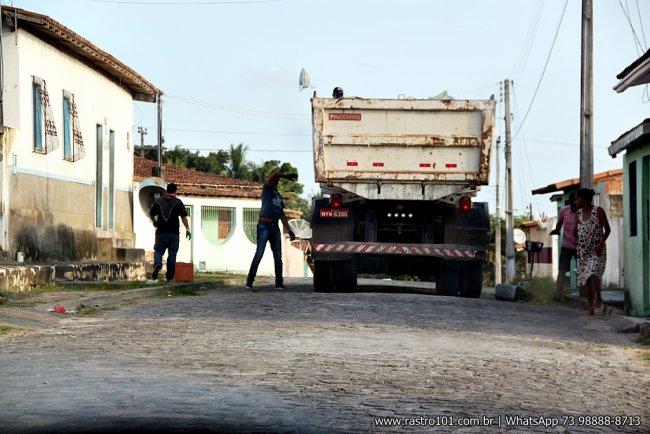 Caçamba com voluntários realizando o serviço de limpeza urbana. (Foto: Rastro101)