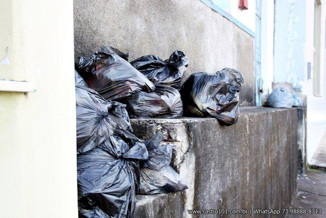 Calçadas estavam com lixo acumulado a vários dias. (Foto: Rastro101)