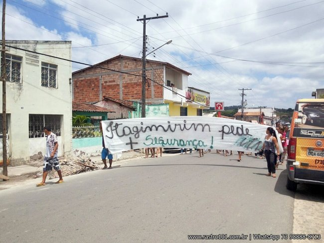 População saiu às ruas pedindo mais segurança na cidade. (Foto: Rastro101)