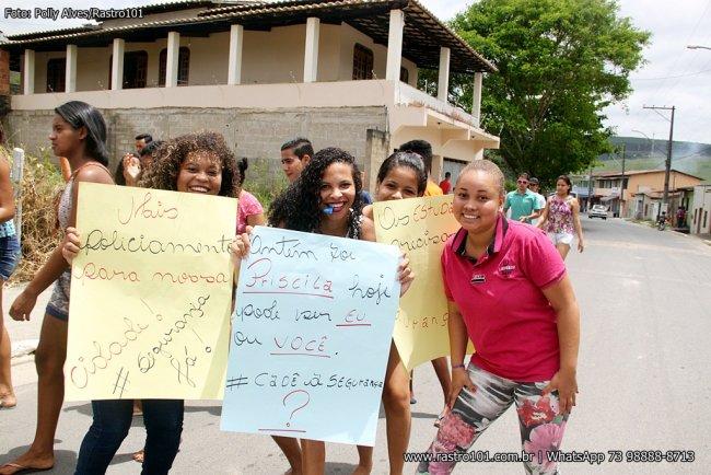 Com cartazes e faixas, jovens pediam mais segurança na cidade. (Foto: Poliana Alves/Rastro101)