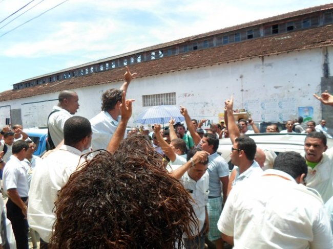 Motoristas e cobradores protestam em frente a delegacia (Foto: Thiago Dias-Blog do Gusmao)