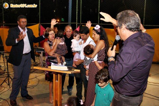 Pastores oraram em agradecimentos à Deus pela vida dos pequenos. (Foto: Rastro101)