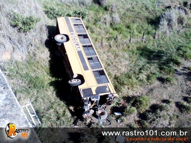 Frente do ônibus ficou totalmente destruída. Veículo estava sendo levado para uma oficina em Eunápolis. (Foto: Gumercindo Brito / Rastro101)