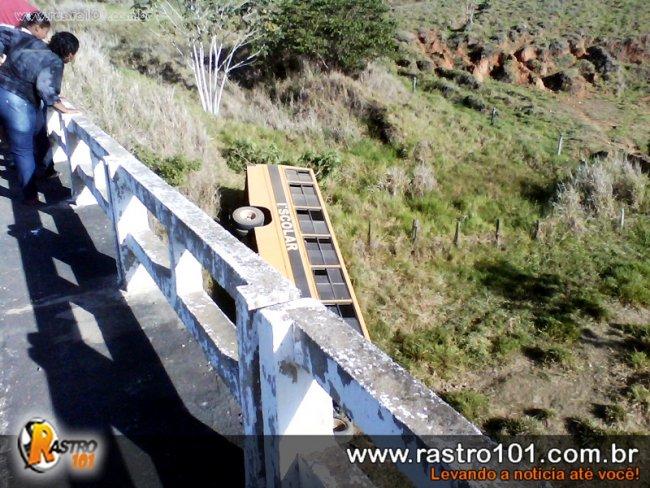 Ônibus escolar despencou da ponte e caiu de uma altura de 15 metros. No momento do acidente o ônibus não transportava alunos. (Foto: Gumercindo Brito / Rastro101)