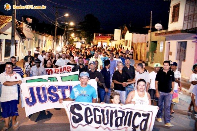 Centenas de moradores, amigos e familiares de Rielson, saíram em passeata pelas ruas de Itagimirim. (Foto: Rastro101)