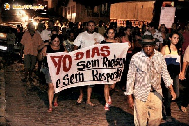 Moradores pediam por justiça, pois não ainda não houve resposta depois de mais de 2 meses. (Foto: Rastro101)