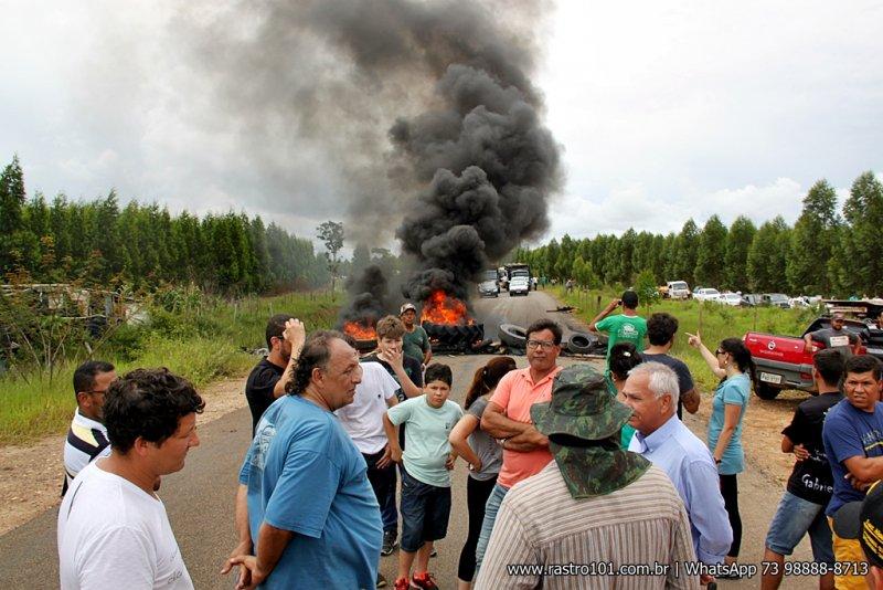 Estrada é o meio mais fácil de ligar o norte de Minas Gerais com o litoral baiano. (Foto: Rastro101)