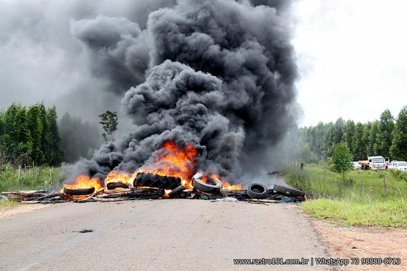 Manifestantes queimaram madeira e pneus velhos, fechando a rodovia nos dois sentidos. (Foto: Rastro101)