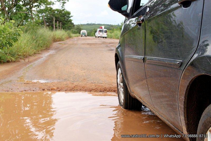 Buracos da largura da estrada são encontrados facilmente em todo o trecho. (Foto: Rastro101)