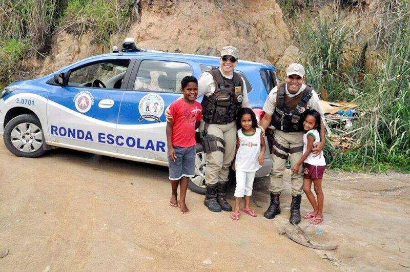 Os policias militares da Ronda Escolar, a SDPM Siqueira e o SDPM Torres, foram os encarregados de efetuar as entregas as famílias necessitadas (Divulgação)