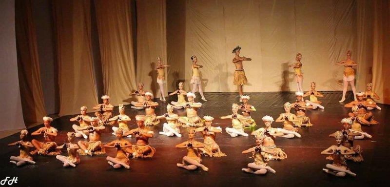 Com apresentações de diversos ritmos como forró, samba, lambada e gafieira, o espetáculo, composto por 21 bailarinas do projeto, misturou a cultura popular com o balé clássico e demonstrou a importância destas ações desenvolvidas com crianças e jovens em risco social (ASCOM)