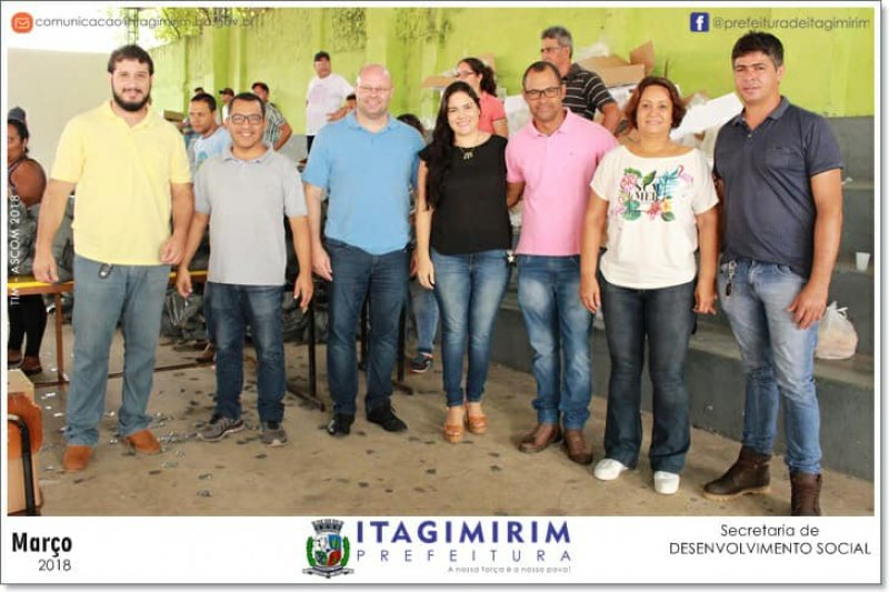 Equipe da prefeitura ajudou na distribuição dos peixes (ASCOM)