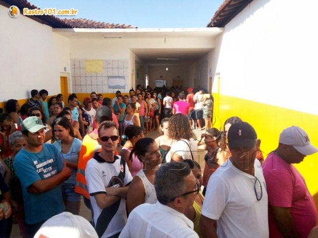 Longas filas se formaram no Colégio Othoniel Ferreira. Eleitores reclamaram da demora na fila e do sol, mas exerceram a cidadania e votaram em seus candidatos. (Foto: Rastro101)