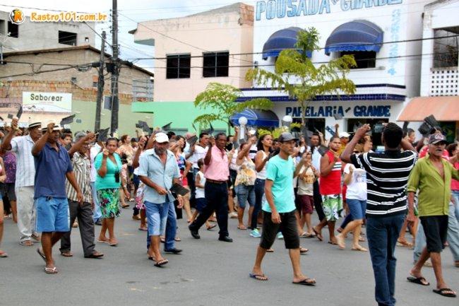 Manifestantes agitavam bandeirolas pretas. (Foto: Rastro101)