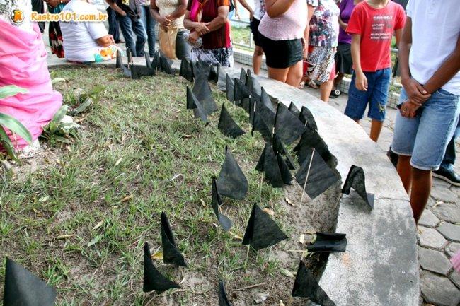 Bandeirolas foram fincadas no chão da praça Castro Alves. (Foto: Rastro101)