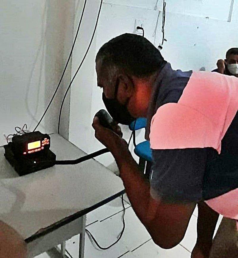 Representante dos pescadores utilizando um dos equipamentos de comunicação (Divulgação)