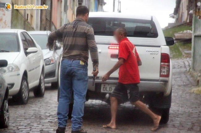 Homem foi encaminhado até a delegacia, e lá foi constatado que o homem não era o mesmo das fotos. (Foto: Rastro101)