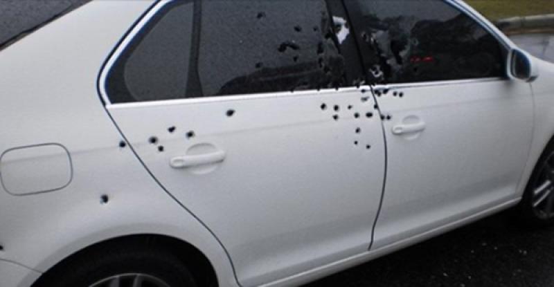Carro foi crivado de balas. (Radar64)
