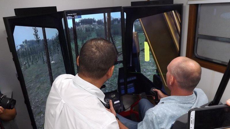 Importado da Suécia, o simulador de máquinas florestais utilizado pela Veracel nesta capacitação simula a operação de máquinas Harvester e Forwarder com todos os recursos reais (Veracel)