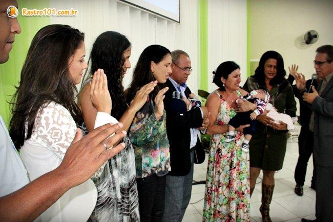 Bebês durante cerimônia de dedicação à Deus na igreja em que congregam. (Foto: Rastro101)