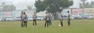Time de Itabela aguardando a chegada do time de Texeira de Freitas no Estádio Manzolão (Foto:Giro de Notícias)