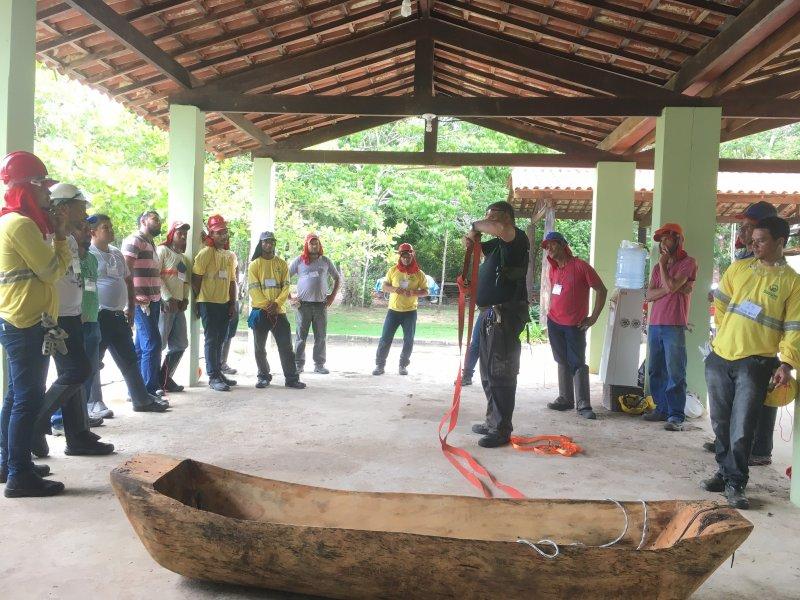 Os colaboradores das empresas Trevo, KTM e Sollum, que prestam serviços florestais à Veracel, participaram das aulas teóricas e práticas e foram submetidos a prova escrita para a certificação do curso (ASCOM/VERACEL)