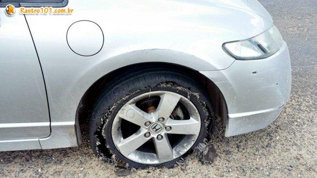 Policiais conseguiram atirar no pneu do veículo. Eles fugindo roubando uma saveiro que estava estacionado na rodovia. (Foto: Divulgação/PM)