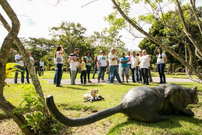 Visitantes são surpreendidos por réplicas de animais em situações ocorridas no meio da mata. (Foto: Ascom/Veracel)