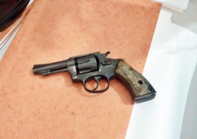Com a dupla foi encontrada um revolver calibre 32 sem munição. (Foto: Divulgação/PM)