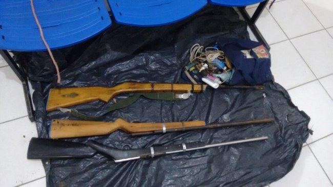 Suspeitos portavam três espingardas (Divulgação/PM)