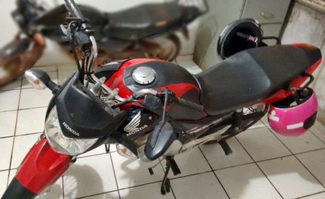 Moto usada pelos suspeitos durante a fuga. (Divulgação/PM)