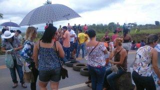 Funcionários ficaram na pista até uma resposta das autoridades. (Foto: Internauta/Rastro101)