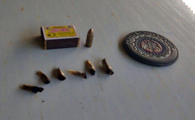 No veículo abandonado foram encontradas 6 bitucas de cigarro de maconha e um projetil intacto de arma 9mm. (Foto: Divulgação/PM)
