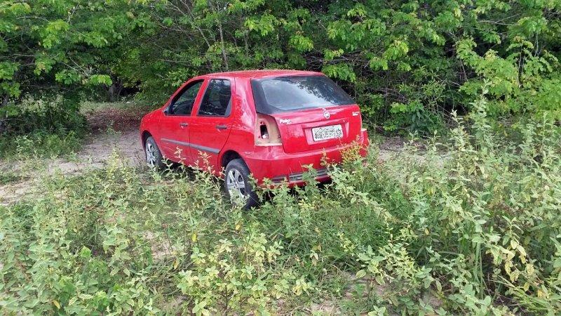 Veículo foi abandonado em um terreno em Eunápolis. (Foto: Divulgação)