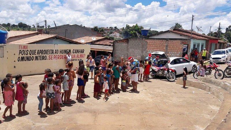 Cerca de duzentas crianças receberam presentes. (Foto: Divulgação)