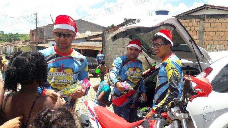 Grupo distribuiu presente para crianças carentes em Itagimirim. (Foto: Divulgação)