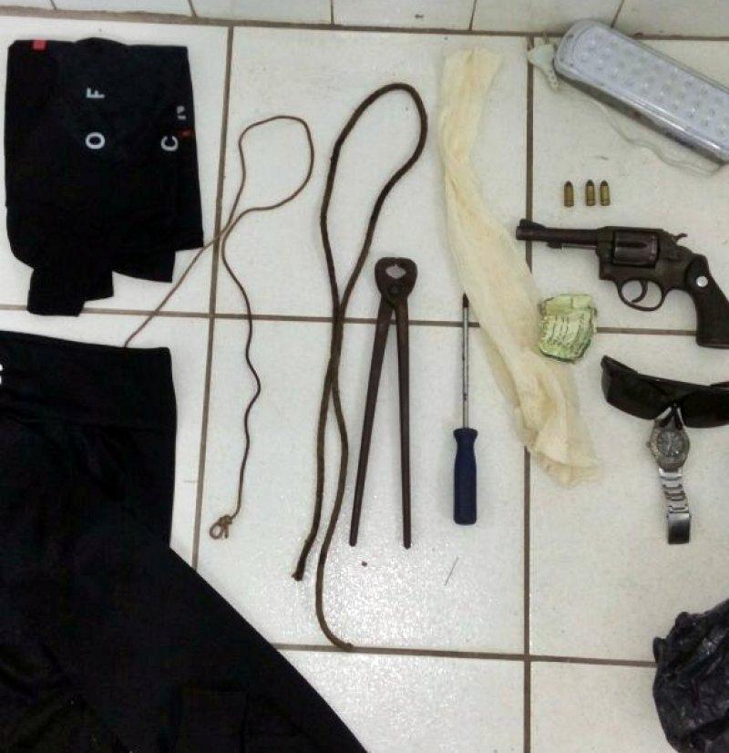 Objetos encontrados com o suspeito levaram a polícia suspeitar de um possível sequestro à fazendeiros da região. (Divulgação/PM)