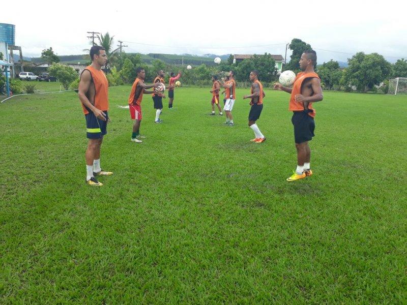 Atletas treinam diariamente no estádio Zoaldão em Itagimirim (Divulgação)