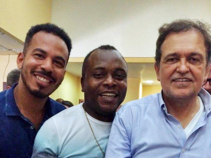 Secretário de Educação de Itagimirim, Valdirinei Nacimento, ao lado do secretário de Belmonte e do secretário de educação do Estado, Walter Pinheiro (ASCOM)