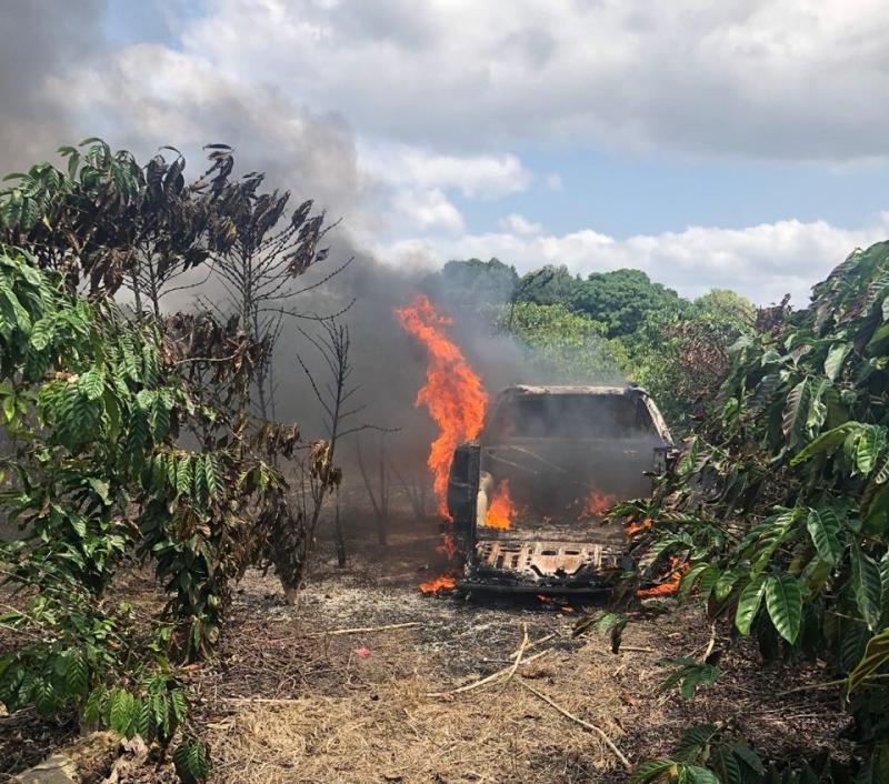 Bandidos incendiaram o carro que eles haviam acabado de roubar. (Divulgação/PM-BA)