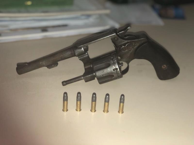Os menores apreendidos estavam em posse de uma arma de fogo. (Divulgação/PM-BA)