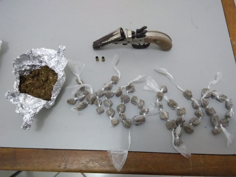 Polícia apreendeu drogas e uma arma de fogo durante a ação. (Divulgação/PM-BA)