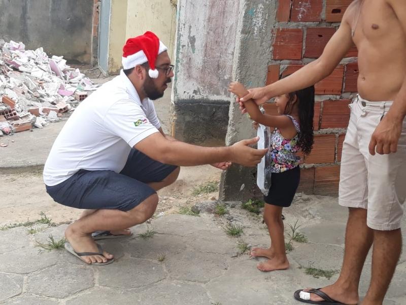 Crianças carentes foram presenteadas com brinquedos pelos trilheiros. (Divulgação)